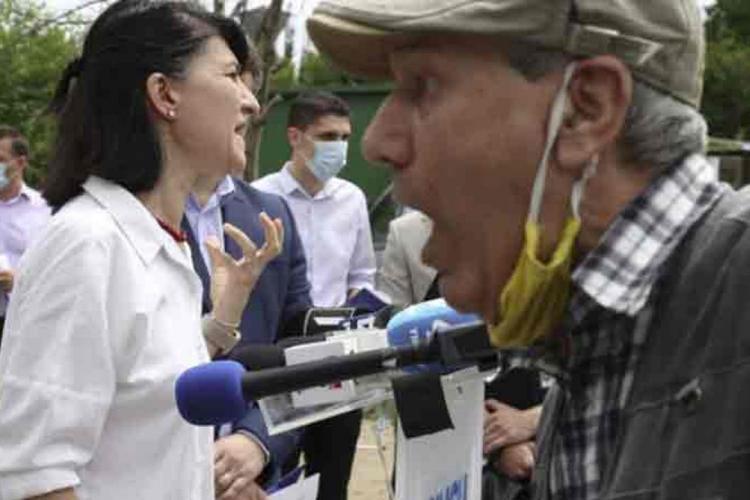 Scandal la conferința de presă a ministrului Muncii: Mărește-mi pensia sau te omor cu mâna mea!