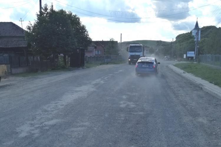 """PRO România Cluj: """"Respectați cetățenii din Așchileu!"""" - FOTO cu praful de pe drum și mașini cu roți rupte"""
