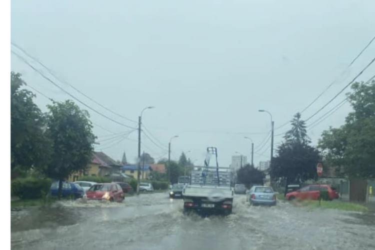 Atenție, șoferi! Strada Corneliu Coposu e inundată. A refulat canalizarea VIDEO