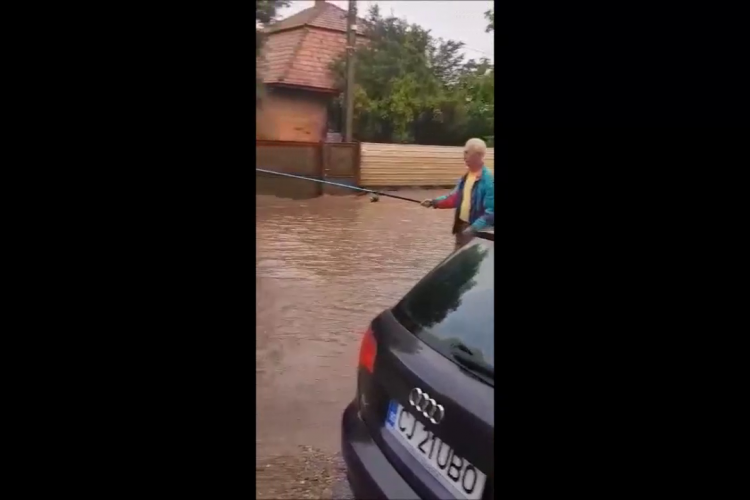 """Oamenii au ieșit la pescuit în """"lacurile"""" formate pe un drum din județul Cluj - VIDEO"""