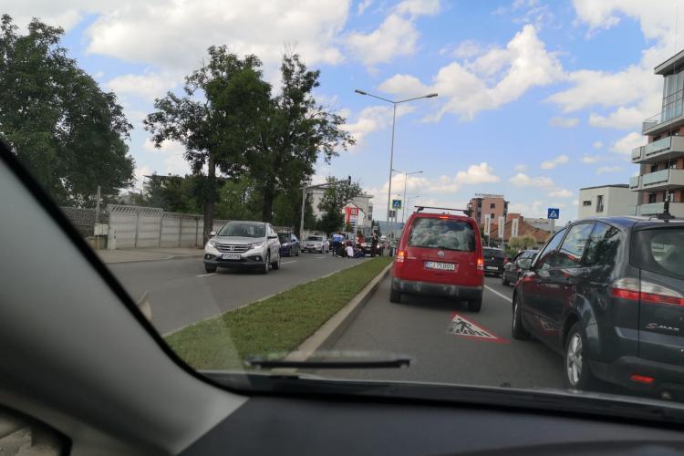 Minor lovit de mașină pe Calea Turzii. Victima era pe trotinetă și traversa pe trecere -FOTO