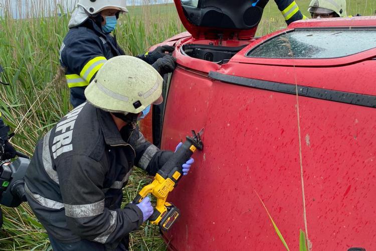 Accident cu o victimă la Vâlcele. O șofriță a ajuns la spital după ce s-a răsturnat cu mașina FOTO