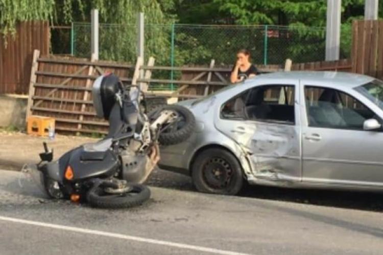 Accident în Luna de Sus! O șoferiță i-a tăiat calea unui motociclist - FOTO