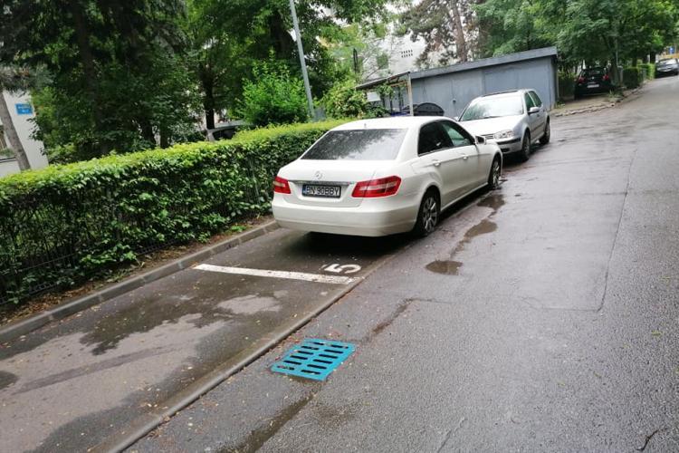 """Clujenii, tot mai radicali cu """"viniturile"""". I-au tăiat cauciucurile pentru că a parcat pe locul altuia - FOTO"""