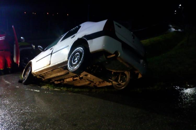 Noaptea accidentelor, la Cluj! Un șofer a ajuns cu mașina în șanț FOTO