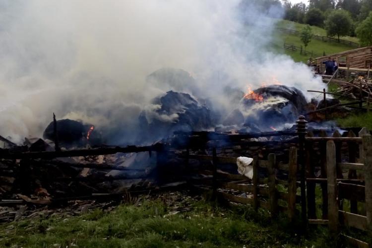 CLUJ: Locuință distrusă de flăcări la Băișoara. Mai multe clădiri s-au făcut scrum FOTO/VIDEO