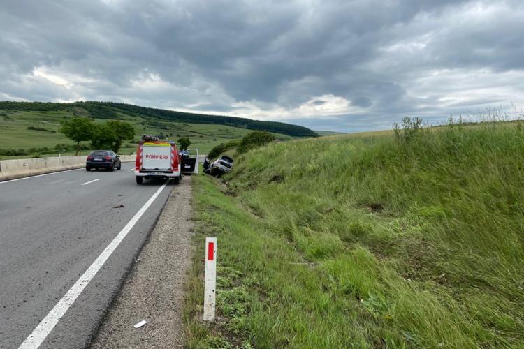 CLUJ: Un șofer a ajuns la spital după ce a intrat cu BMW-ul în șanț. Era beat la volan și avea permisul suspendat FOTO