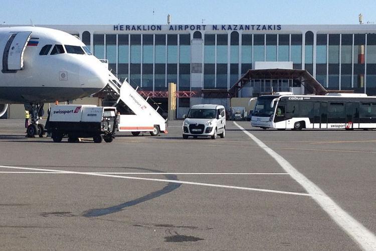 HAOS! Un avion întreg cu români din Cluj și București, care a aterizat în Creta, a fost testat de coronavirus
