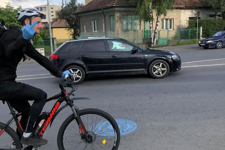 Biciclist arată degetul mijlociu pe Calea Turzii, spre Zorilor! Ce s-a întâmplat - FOTO