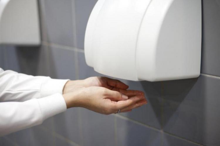 Opriți uscătoarele de mâini. Transportă coronavirusul