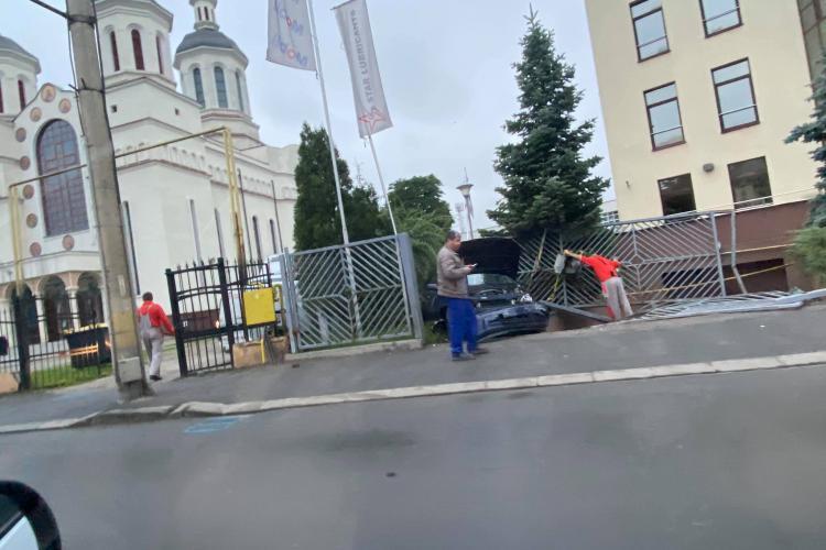 Un șofer a intrat în poarta bisericii din Someșeni - FOTO