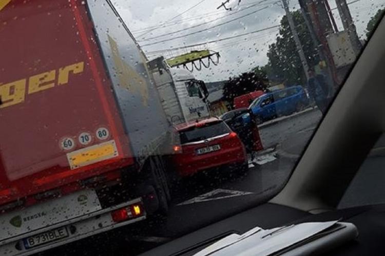 Mașină strivită de un TIR pe strada Fabricii, în Mărăști. Șoferii sunt uimiți de amatorismul de la volan - FOTO