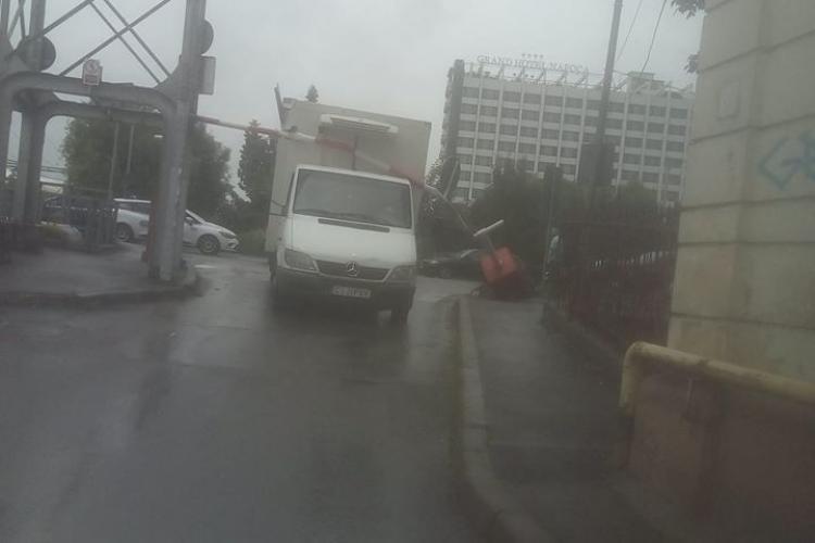 Dorel a dărâmat bariera de pe strada Mamaia, aproape de centrul Clujului - FOTO