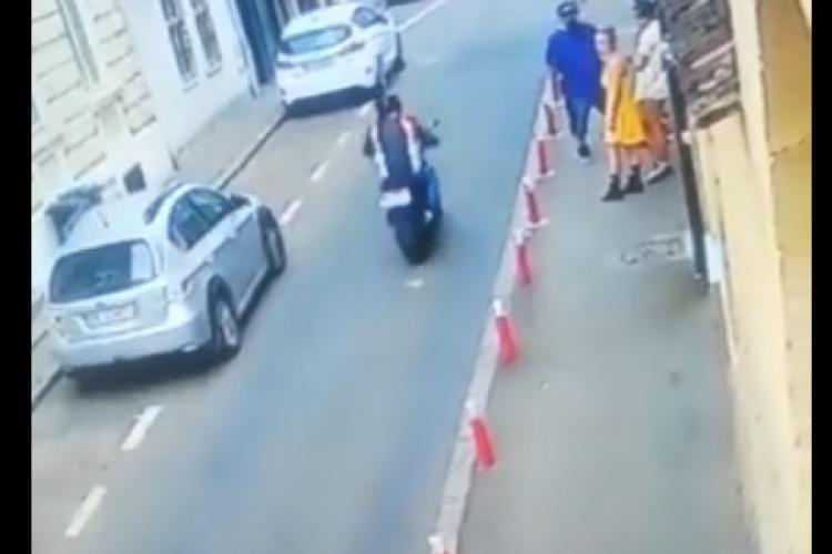 Un motociclist a cazut spectaculos in centrul Clujului, dupa ce o pisică i-a taiat calea - VIDEO
