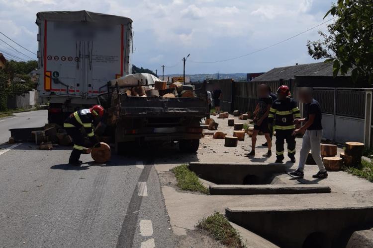Accident cu o victimă la Urișor. Un șofer a intrat cu mașina într-un TIR FOTO