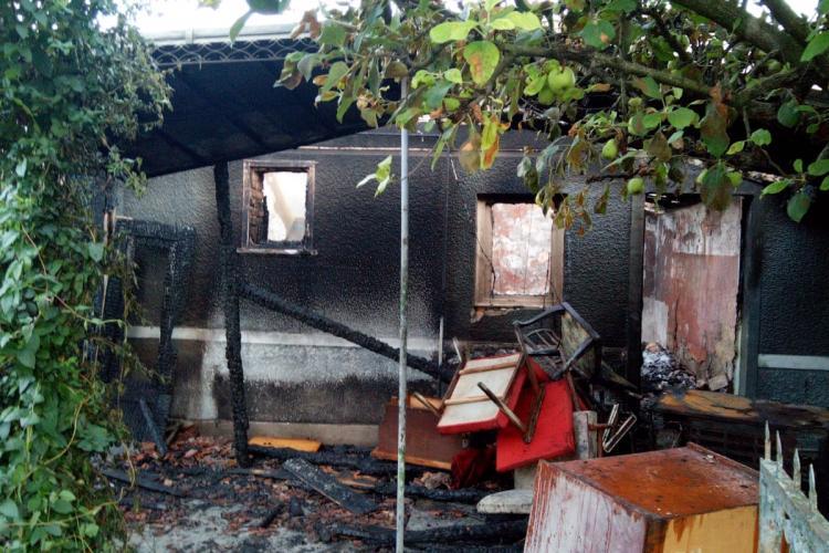 Două case au fost cuprinse de flăcări în Viișoara. Au flost stinse după patru ore de intervenții FOTO