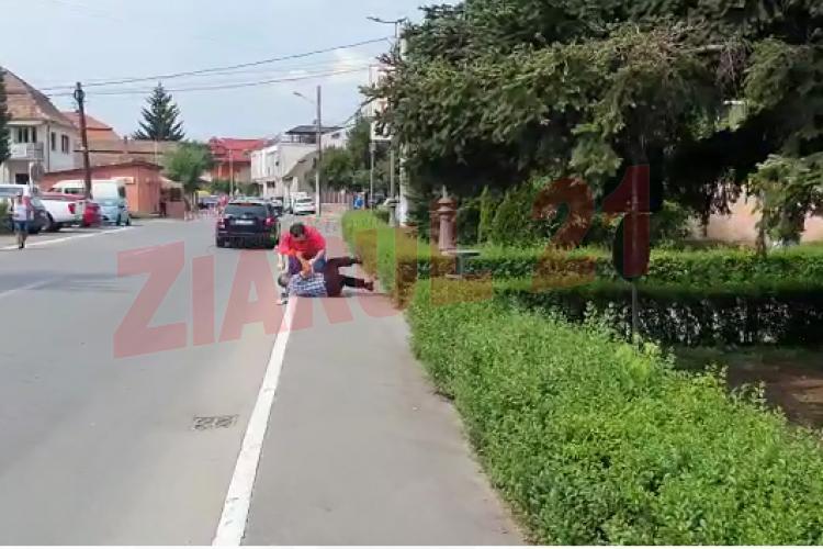 Bătaie în plină stradă la Câmpia Turzii. S-au luat la pumni în centrul orașului VIDEO