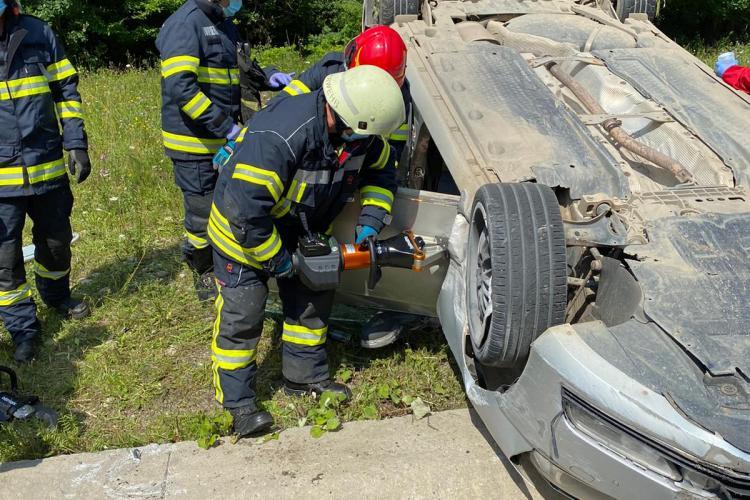 Accident pe centura Vâlcele - Apahida. Un șofer a rămas încarcerat în mașină FOTO