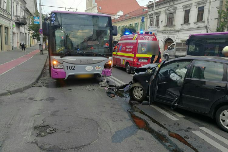 Accident între un autobuz și un autoturism pe Bulevardul 21 Decembrie 1989