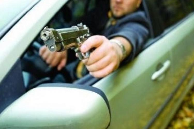 Un șofer a scos pistolul în Cluj-Napoca și a amenințat un alt conducător auto. Altercație în Dâmbu Rotund