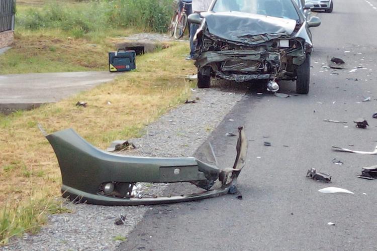 Accident la Dăbâca! Un șofer a ajuns cu mașina răsturnată pe marginea drumului FOTO