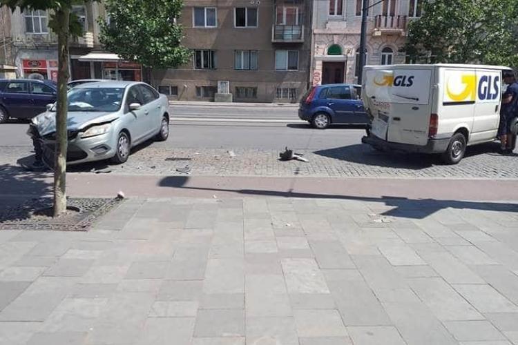 Dubă de la livrări implicată într-un accident pe strada Horea. Pe Horea se circulă cu viteză - FOTO