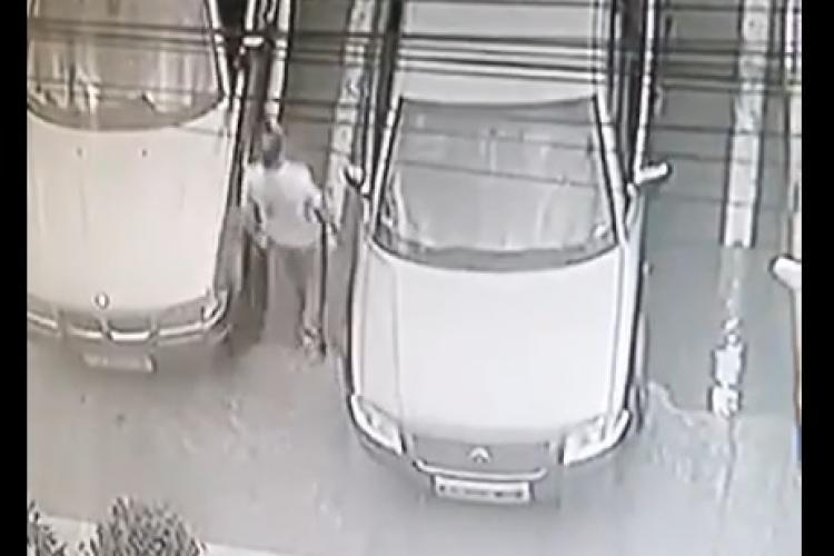 Cluj: Profesor de muzică zgârie mașinile din parcare - VIDEO