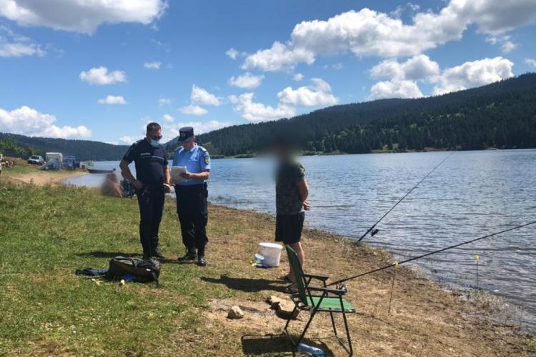 Controale la Beliș. Polițiștii i-au vizat pe cei care pescuiesc și navighează ilegal pe lac FOTO