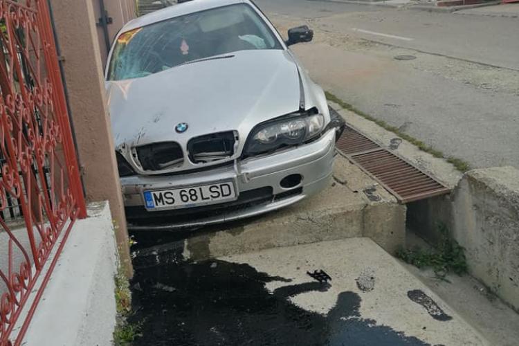 Accident în Dâmbu Rotund! Au intrat în poarta unei case cu BMW -ul și au fugit / UPDATE: Șoferul era beat