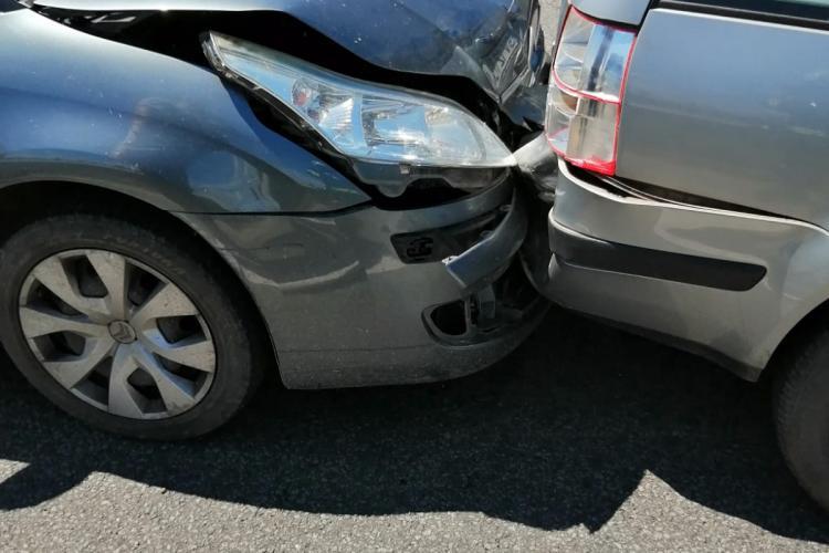 Accident pe Varianta Vâlcele-Apahida, cauzat de un șofer neatent. O femeie gravidă a ajuns la spital FOTO