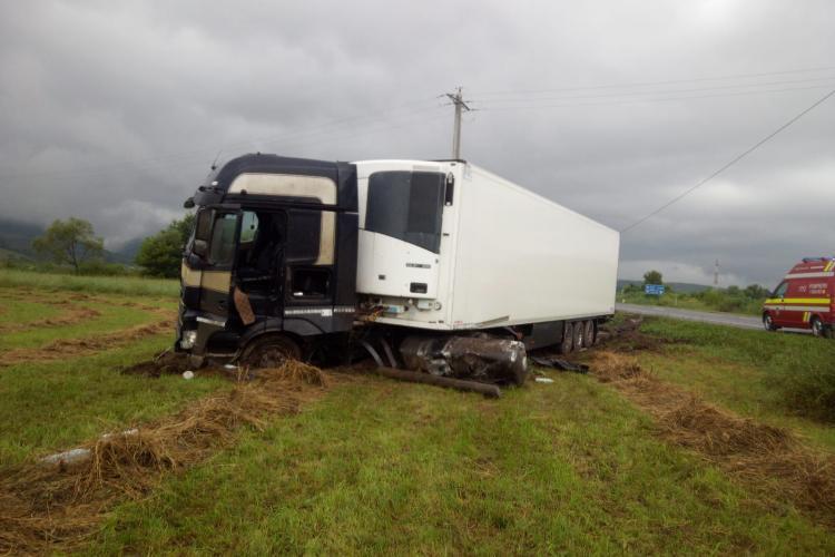 Accident la Căpușu Mare. Un șofer a ajuns cu TIR-ul pe câmp FOTO