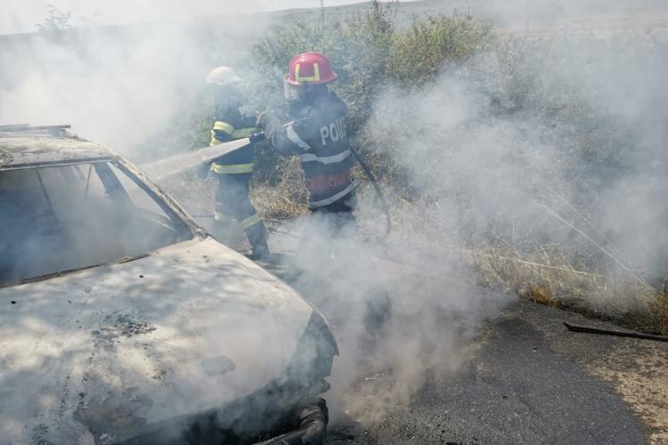 Mașină arsă complet de flăcări, pe un drum din Cluj. Ocupanții au reușit să iasă la timp FOTO