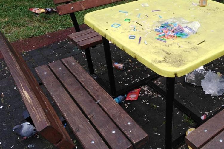 Așa arată locul de joacă din Gheorgheni de pe Aleea Lăcrămioarelor. Copiii se joacă printre gunoaie - FOTO