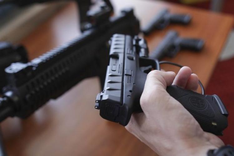 Polițiștii primesc 25.000 de pistoale noi, marca Beretta