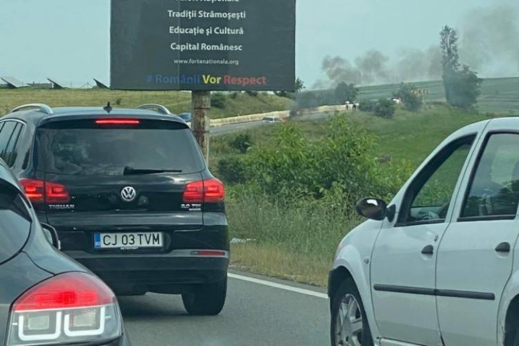 O mașină a luat foc pe drumul Cluj-Napoca - Turda - VIDEO
