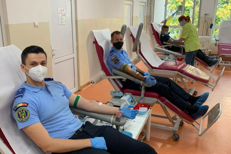 Jandarmii din Cluj au mers să doneze sânge și îi îndeamnă pe clujeni să facă la fel