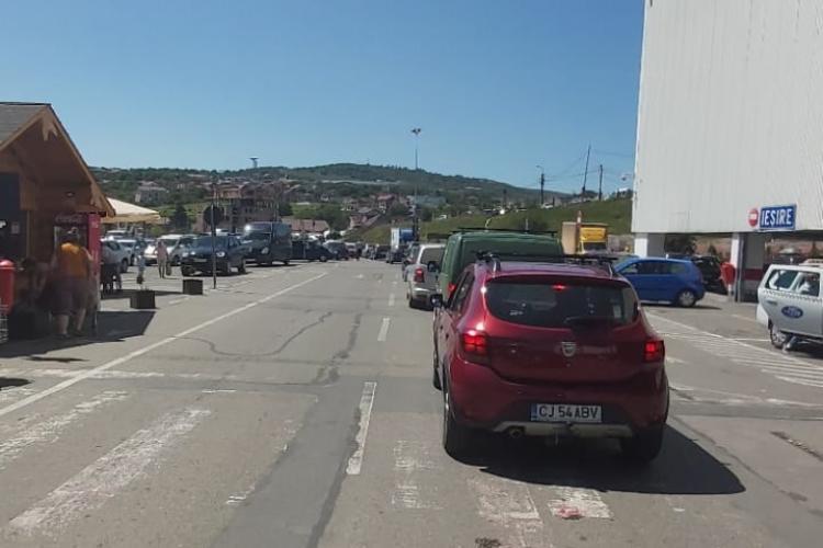 Trafic de coșmar pe Bulevardul Muncii! La Auchan Iris șoferii sunt blocați cu orele, în parcare - FOTO