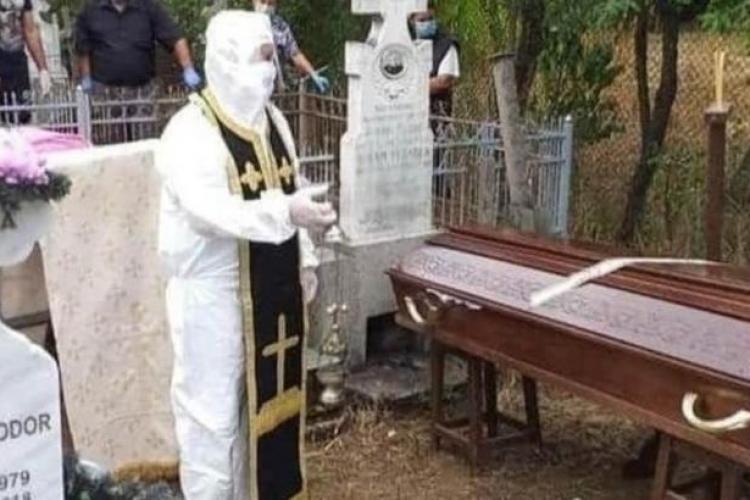 Poza zilei! Un preot a mers la înmormântare în combinezon anti-COVID FOTO