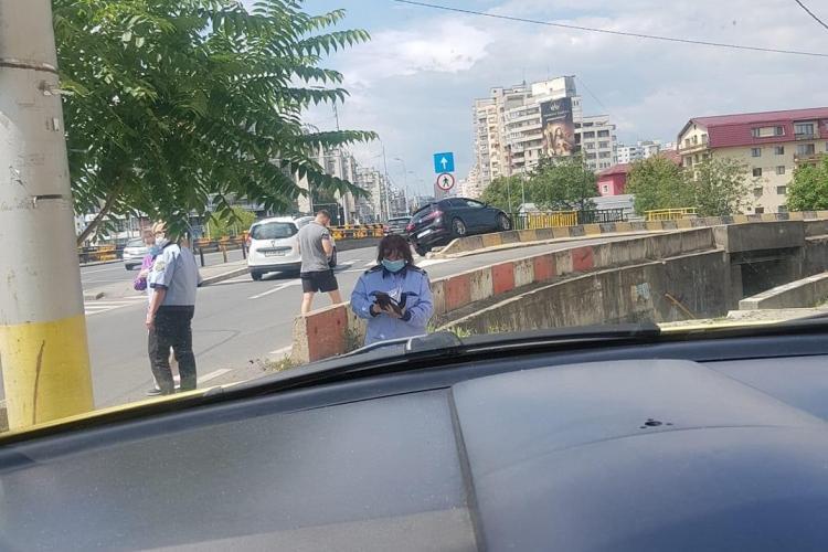 Accident în Mărăști. Un șofer aproape a zburat cu mașina de pe pod FOTO