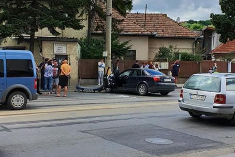 Accident grav pe strada Oașului! Un șofer a intrat cu mașina în stâlp FOTO