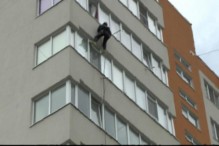 """""""Spiderman de Mănăștur!"""". Bărbat suspect observat pe strada Negoiu, escaladând un bloc. A urcat pana la etajul trei"""