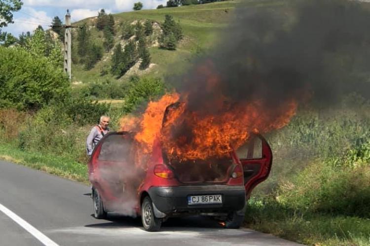 Cluj: Acest șofer a dat foc vegetației, iar focul i-a cuprins și mașina - FOTO