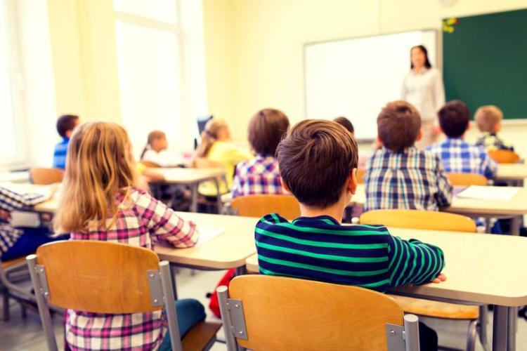 Studiu: 55% dintre părinți doresc revenirea la cursurile față în față, iar 31% optează pentru sistemul hibrid