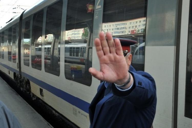 Controlori cercetați penal după ce au bătut un clujean și l-au dat jos din tren