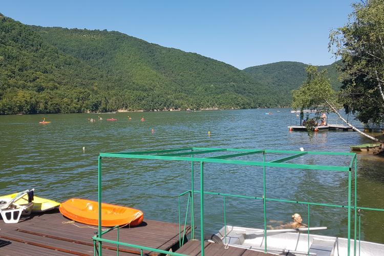 Bărcile cu motoare tradiționale, interzise pe Tarnița și Beliș. Ce ambarcațiuni sunt permise pe lacurile clujene - VIDEO