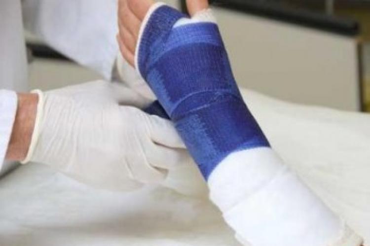 O clujeancă și-a rupt mâna în parcarea de la Leroy Merlin - Aurel Vlaicu. Personalul a dat vina tot pe ea