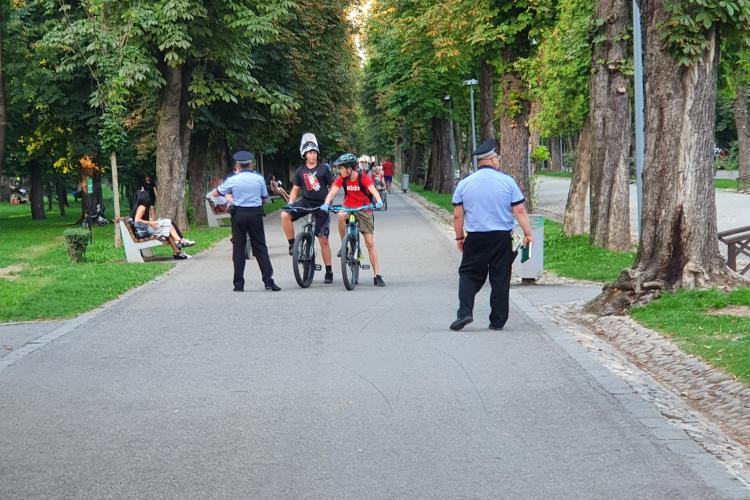 E interzis cu bicicletele / trotinetele electrice în parcurile clujene, dacă stânjenesc pietonii - VIDEO