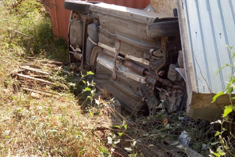 Accident halucinant în Cluj-Napoca, pe Valea Fânațelor. Aproape a demolat un garaj - FOTO