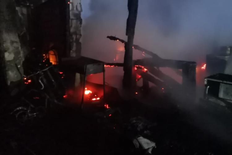 CLUJ: Incendiu la o gospodări, în miezul nopții FOTO