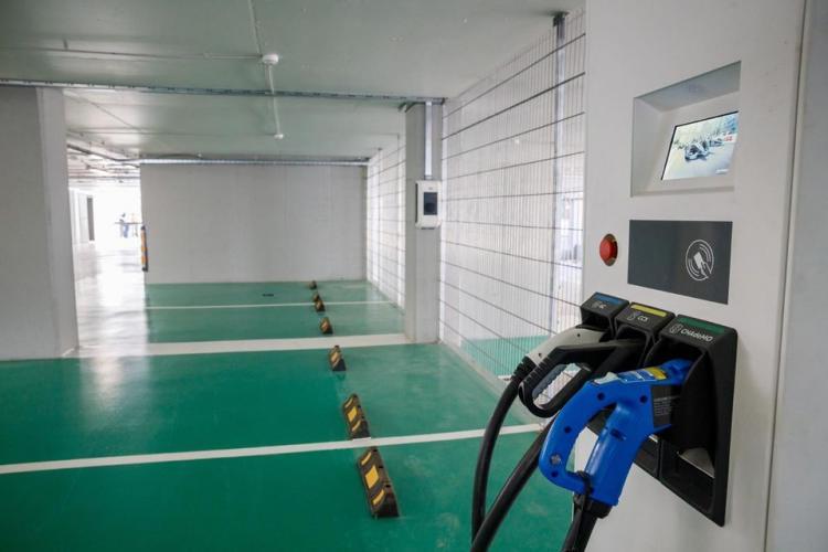 S-a mai finalizat un parking în Mănăștur. Are teren de sport, terasă și loc de joacă FOTO